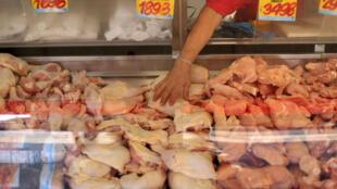De la viande de poulet en soldes à Santiago, au Chili, après la décision du gouvernement chilien de suspendre l'importation des viandes brésiliennes.