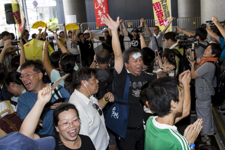 Người biểu tình ủng hộ dân chủ vui mừng vì kế hoạch cải tổ bị Nghị viện Hồng Kông bỏ phiếu chống, ngày 18/06/2015.