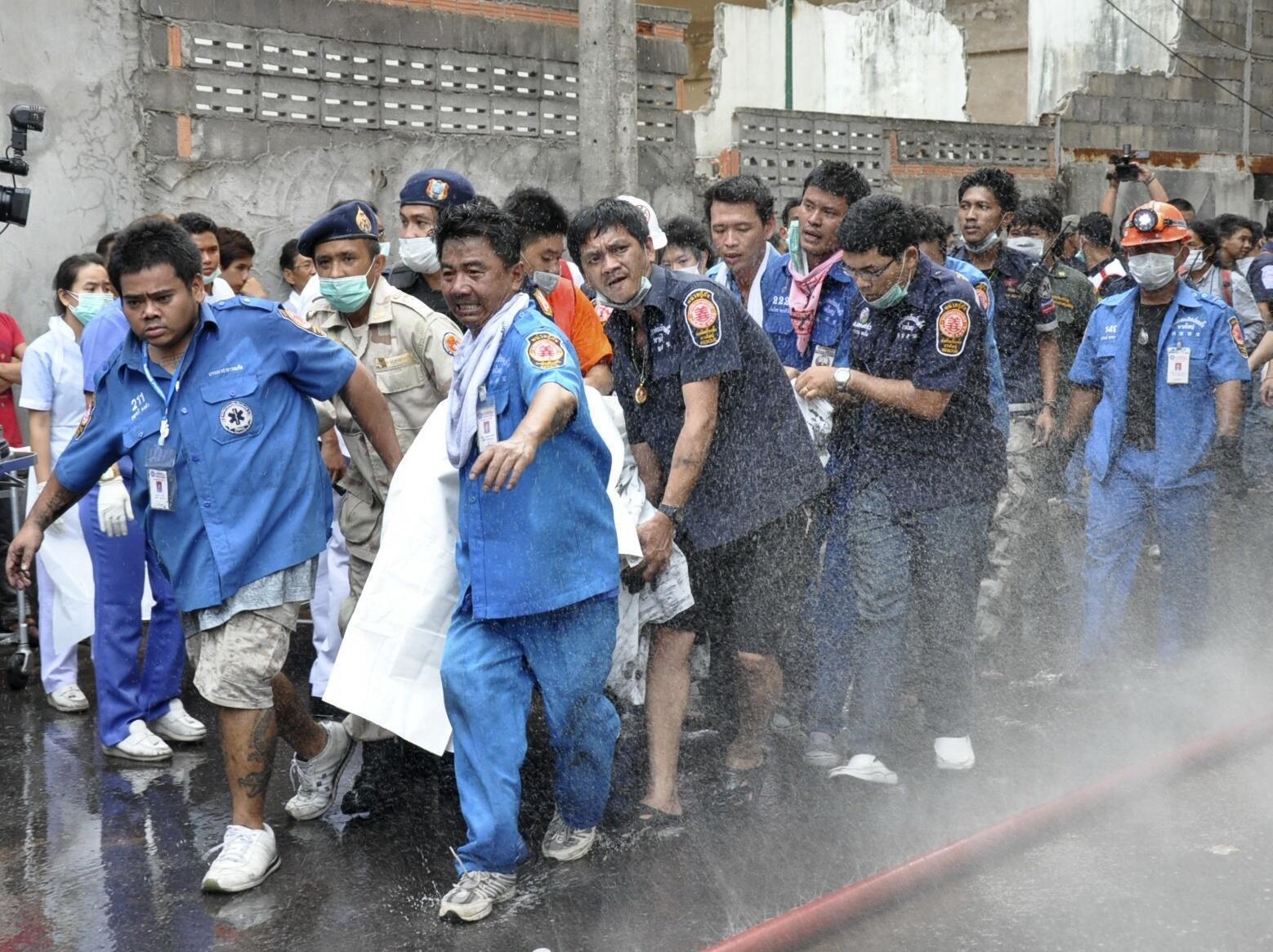 Cứu hộ nạn nhân vụ đánh bom khách sạn Lee Gardens Plaza tại thành phố Hat Yai do lực lượng Hồi giáo ly khai miền Nam Thái Lan thực hiện hôm 31/03/2012.