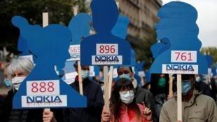 Des employés de Nokia dans la rue contre le plan social de l'entreprise, à Paris le 7 octobre 2020.