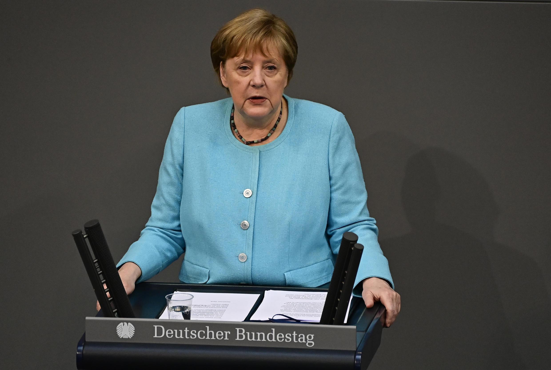 La canciller Angela Merkel habla ante el Parlamento alemán, durante una sesión previa a la cumbre de la UE, el 24 de junio de 2021 en Berlín