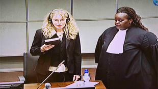Mia Farrow takes the oath before testifying at Charles Taylor's war crimes trial.