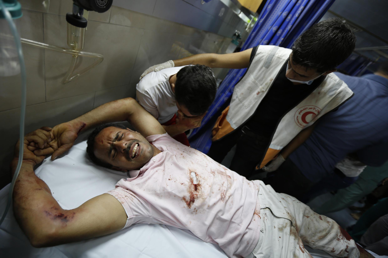 Un Palestinien blessé est soigné à l'hôpital al-Sifa, à Gaza, ce vendredi 18 juillet. Israël a lancé une opération terrestre jeudi soir.