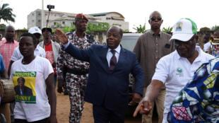 L'ancien Premier ministre et actuel candidat à la présidentielle ivoirienne, Charles Konan Banny salue ses partisans le 10 octobre à Abidjan.
