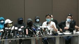 20.9 12名被扣港人的家屬12日召開記者會,要求與被扣家人聯絡及委派律師,至今仍然未能如願(資料圖片)