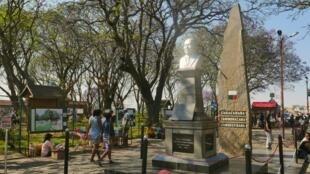Ce 14 octobre 2020, au jardin d'Antaninarenina, en plein cœur de la capitale Antananarivo, les passants vont et viennent autour du buste du Premier Président de la République malgache, Philibert Tsiranana, comme à leur habitude.