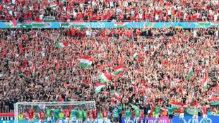 Los jugadores de Hungría celebran con los aficionados después del partido del Grupo F de la EURO 2020 ante Francia con empate 1-1 en el Puskas Arena de Budapest, el 19 de junio de 2021.