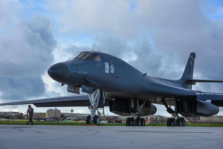 Un bombardier stratégique américain B1B «Lancer» se prépare à une mission sur le Pacifique.