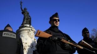 Estado de emergência: sindicatos pedem que policiais possam levar armas para casa.