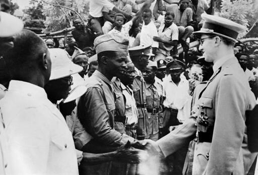 Un ancien combattant africain salue le roi Baudouin de Belgique (à dr.), à son arrivée à Bukavu, le 27 décembre 1959, au Congo ex-Belge.