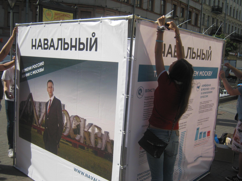 В Санкт-Петебруге установили агитационный куб Алевсея Навального, 7 августа 2013 год.