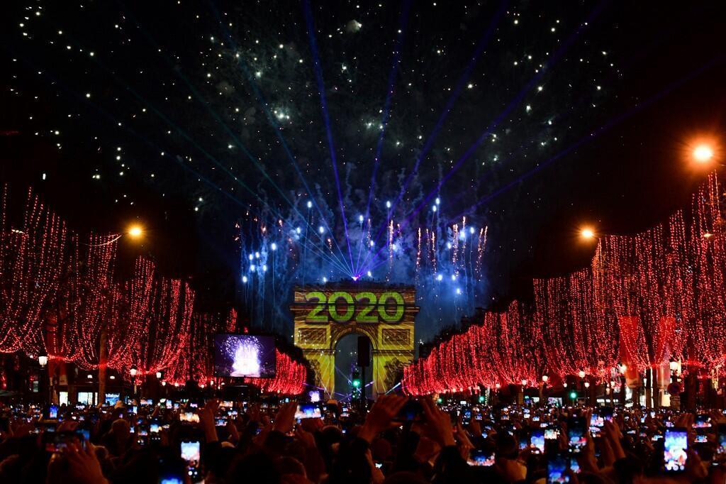 Cảnh đón năm mới 2020 trên đại lộ Champs Elysées, Paris  đêm giao thừa.