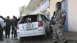 La carcasse de la voiture du journaliste somalien Yusuf Keynan, dans laquelle ce dernier se trouvait quand elle a explosé, le 21 juin 2014, à Mogadiscio.