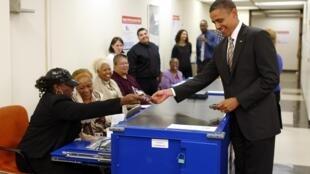 Barack Obama muestra su licencia de conducir para poder votar, este 25 de octubre de 2012 en Chicago.