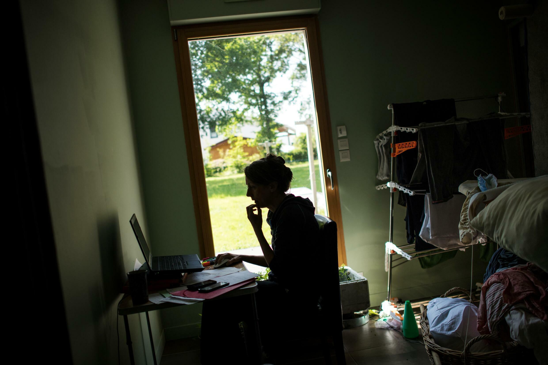 Una mujer trabaja desde su casa en Vertou, a las afueras de Nantes, Francia, el 14 de mayo de 2020