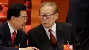 江泽民(右)与胡锦涛在中共18大2012年11月8日