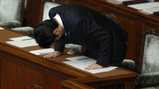 O primeiro-ministro japonês, Shinzo Abe, antes de discurso no Parlamento.