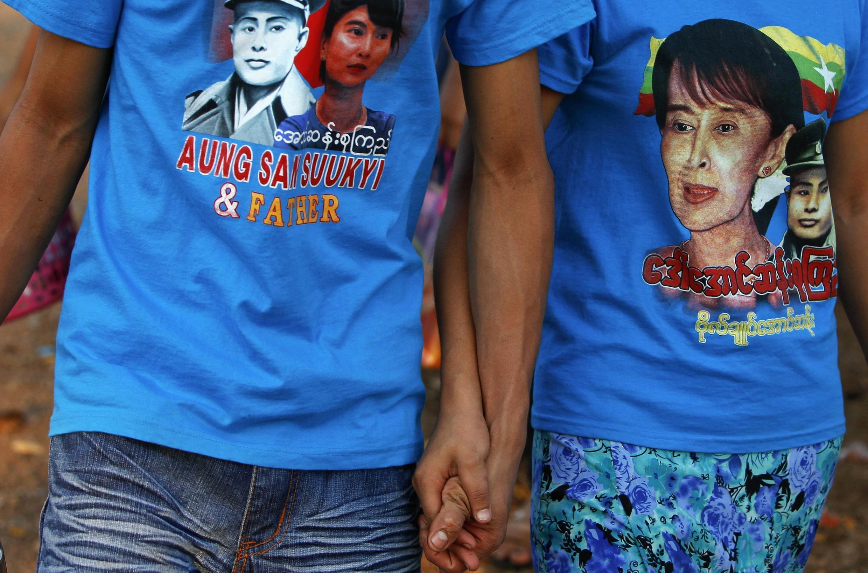 Công nhân tại bang Mon của Miến Điện mặc áo thun có hình lãnh tụ đối lập Aung San Suu Kyi và cha của bà là Aung San.