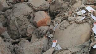 Руины рухнувшей фабрики в Дакке 30/04/2013