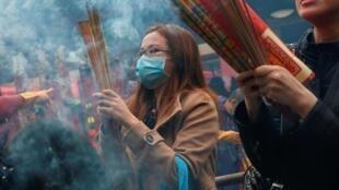 Người dân Hồng Kông đeo khẩu trang phòng nhiễm virus corono đi lễ chùa đầu năm, đến Che Kung, Hồng Kông, ngày 26/01/2020.