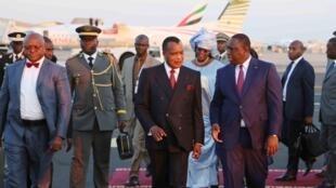 Le président sénégalais, Macky Sall (D) accueille son homologue congolais, Denis Sassou-Nguesso lors du sommet de la Francophonie organisé à Dakar, les 29 et 30 novembre 20147.