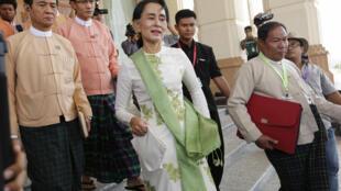 Bà Aung San Suu Kyi và các dân biểu đảng Liên đoàn Quốc gia vì Dân chủ NLD trước Quốc hội Naypyidaw, 28/03/2016.