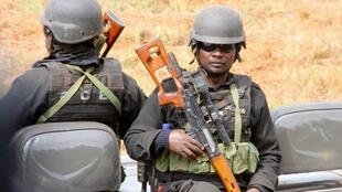 Polícia moçambicana durante acções de manutenção da segurança e ordem no país