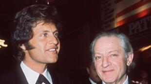 Ca sĩ Joe Dassin (trái) và thân phụ là đạo diễn Jules Dassin, tháng Tư 1971 tại nhà hát Olympia, Paris
