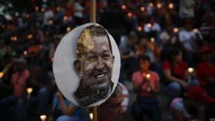 Partidários carregam velas durante cerimônia pela saúde do presidente venezuelano, Hugo Chávez em Caracas, Venezuela.