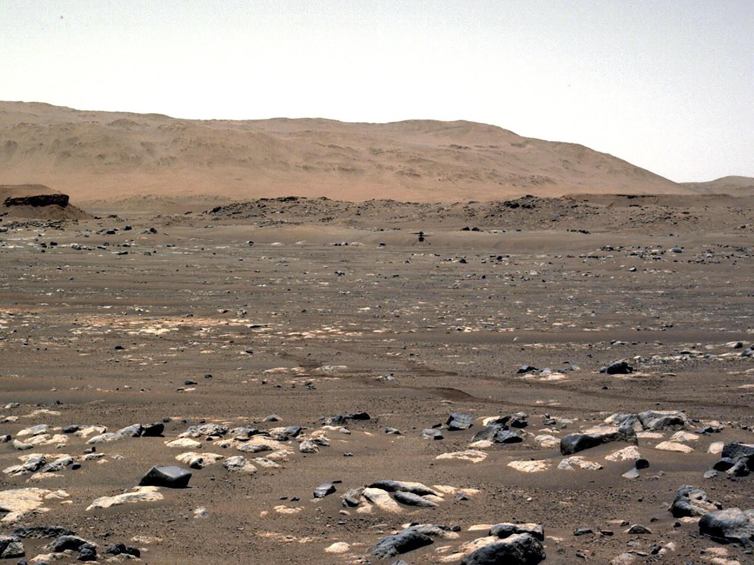 Cette photo de la NASA montre l'hélicoptère Ingenuity Mars de la NASA effectue un vol motorisé et contrôlé pour la première fois sur une autre planète. (Illustration)
