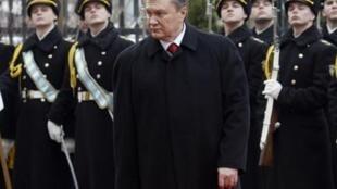 Президент Украины и почетный караул во время инаугурации 25 февраля 2010 г.