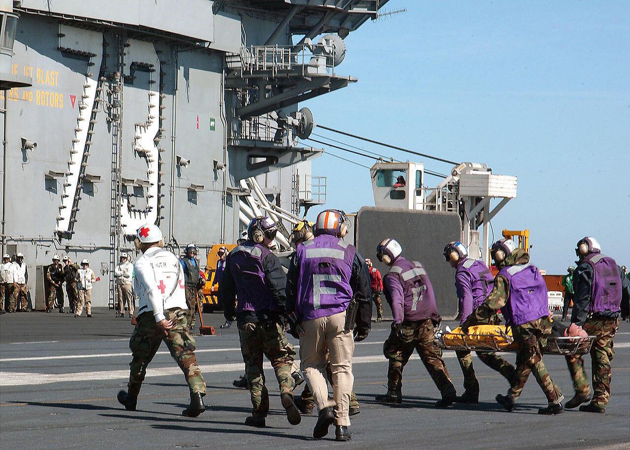 Các quân nhân của hàng không mẫu hạm USS George Washington cứu các nạn nhân từ tàu đánh cá bị cháy.