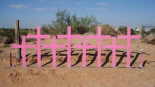 Cruces colocadas en Lomas del Poleo Planta Alta (Ciudad Juárez, Chihuahua) en el lugar donde fueron encontrados ocho cuerpos de mujeres víctimas de feminicidio en 1996.
