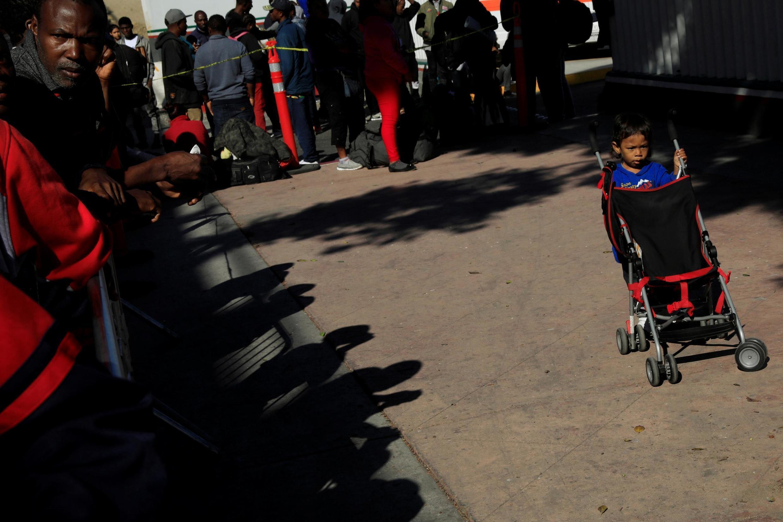 Di dân xếp hàng nộp đơn xin tị nạn tại Mỹ ở El Chaparral, thuộc Tijuana, cửa ngõ từ Mêhicô vào Hoa Kỳ ngày 20/07/2019.