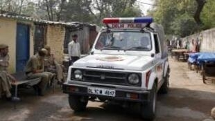 Patrouille de police dans une rue en Inde.