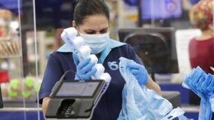 Nada menos do que 50% dos plásticos não serão reciclados e acabarão sendo incinerados. Agora, por exemplo, tem esse boom do plexiglas para proteger os caixas e vendedores nas lojas.