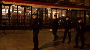 Una patrulla de policía en París el 17 de octubre de 2020, al entrar en vigor un toque de queda en la ciudad para intentar frenar la propagación del covid-19