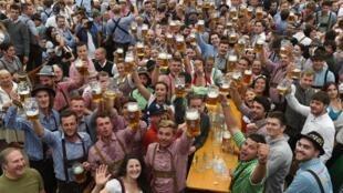 A Munich, l'Oktoberfest rassemble chaque année plusieurs millions de buveurs de bière. N'oubliez pas que l'abus d'alcool est dangereux pour la santé. À consommer, donc, avec modération....