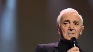 Charles Aznavour en concierto el 13 diciembre 2017 en París.