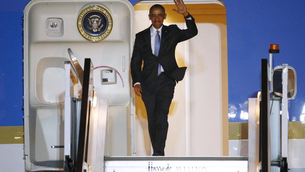 Rais wa Marekani Barack Obama akiwasili katika uwanja wa ndege wa Stansted, London, Aprili 21, 2016.
