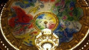 Плафон парижской Оперы, расписанный Марком Шагалом 50 лет назад