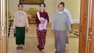 Tổrng thống Miến Điện Thein Sein (phải) và bà Aung San Suu Kyi sau cuộc thảo luận chuẩn về chuyển giao chính quyền cho LND ngày 2/12/2015 tại Naypyidaw.