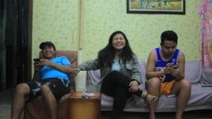 Dale, Jona et Jonel, trois ressortissants philippins, hébergés temporairement par une association taïwanaise après des abus de la part de leur employeur.