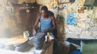 Cordonniers et tanneurs, ils sont 6000 à vivre de ces activités dans la localité, située à 120 kilomètres au nord de Dakar.