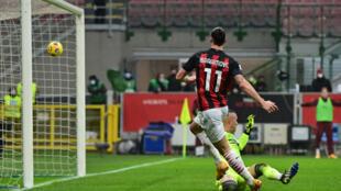 El astro sueco del AC Milan Zlatan Ibrahimovic marca el primer gol sobre el Crotone, en partido de la Serie A italiana jugado el 7 de febrero de 2021 en San Siro
