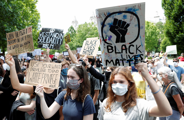 Акция протеста перед посольством США Будапеште.