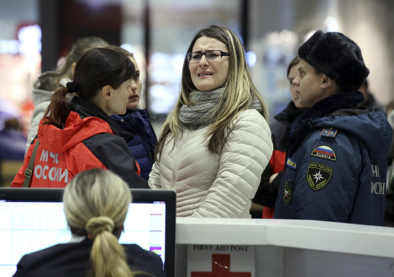 Familiares de vítimas do acidente aguradam informações no aeroporto de São Petersburgo, na Rússia.