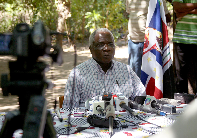 Afonso Dhlakama, líder da Renamo, durante uma conferência de imprensa nas matas da Gorongosa em Abril de 2013.