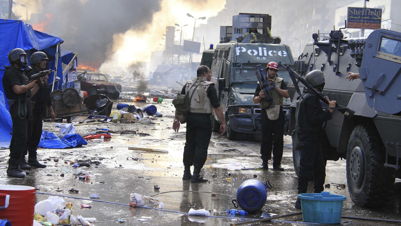 Des unités de la police égyptienne positionnées près de la place Nahda au Caire, le 14 août 2013.