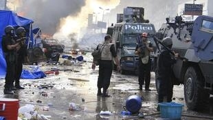 Полиция на месте бессрочной акции сторонников Мурси на площади ан-Нахда в Каире 14 августа 2013.